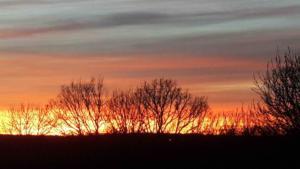 coucher de soleil depuis la fenêtre du Mas du Cartographe